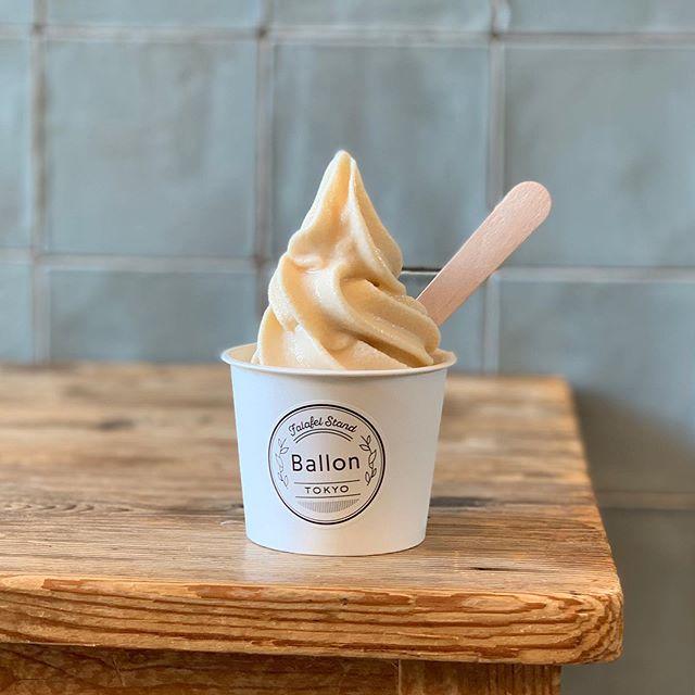#softcream BallonのVeganソフトクリームは 乳製品、玉子不使用🐮🤴 お砂糖も使わないかわりに甘酒や アガベパウダーで優しい甘さを出しています💡 お子さんからお年寄りまで安心して お召し上がり頂けます! こちらの画像はプレーンですが 自家製の9種類のトッピングもあるので そちらもオススメ👍 . #ballontokyo #nakameguro #中目黒 #vegantokyo #veganfood #vegan #icecream #ソフトクリーム #アイスクリーム #乳製品不使用 #卵不使用 #砂糖不使用  #ギルトフリー #ギルトフリースイーツ  #豆乳 #豆乳アイス #アイス豆乳 #アイス #甘酒 #アガベ #アガベパウダー  #matcha #raspberry #passion #caramel #brownsugar #granola #caramelnut