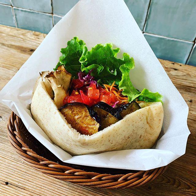 #pita  Ballonでは #morethanbakery さんに おいしいピタパンを作って頂いております👨🍳 小麦粉を使用したプレーンなパンはもちろん 毎月、月替わりで特別なパンもご用意👍 今月のパンは「全粒粉」です! ぜひどうぞ🥖✨ . #ballontokyo #nakameguro #モアザンベーカリー #ピタパン #falafel #sandwich #falafelsandwich  #ファラフェル #ファラフェルサンド #🥙 #veganfood #vegantokyo #organic #全粒粉 #wholegrain #wholegrainflour  #中目黒ランチ #中目黒カフェ #中目黒グルメ #スタッフ募集 #staffwanted #砂糖不使用 #乳製品不使用 #卵不使用 #アレルギーっ子  #サンドイッチ #サンドイッチ専門店 #🥗