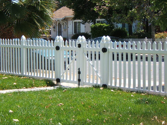41 vinyl picket fence and gates.JPG