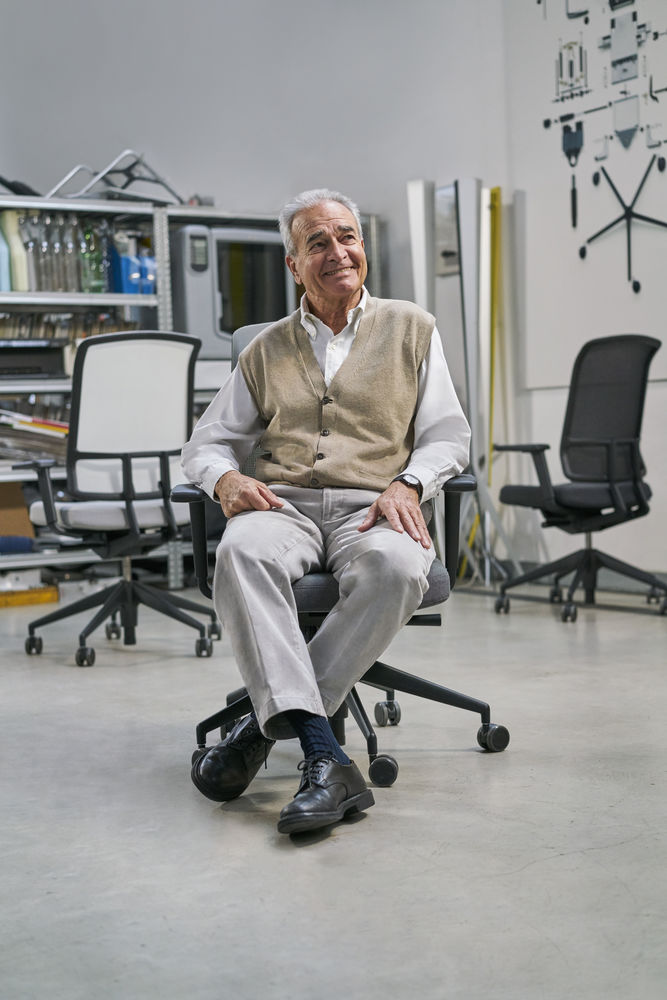 """""""Com inúmeras opções de ajuste individuais, a AM é uma cadeira de trabalho para longos períodos sentado à secretária, mas devido ao seu excelente conforto imediato, também é adequada para espaços de trabalho de 'hot desking' com utilizadores que mudam frequentemente."""" Alberto Meda -"""