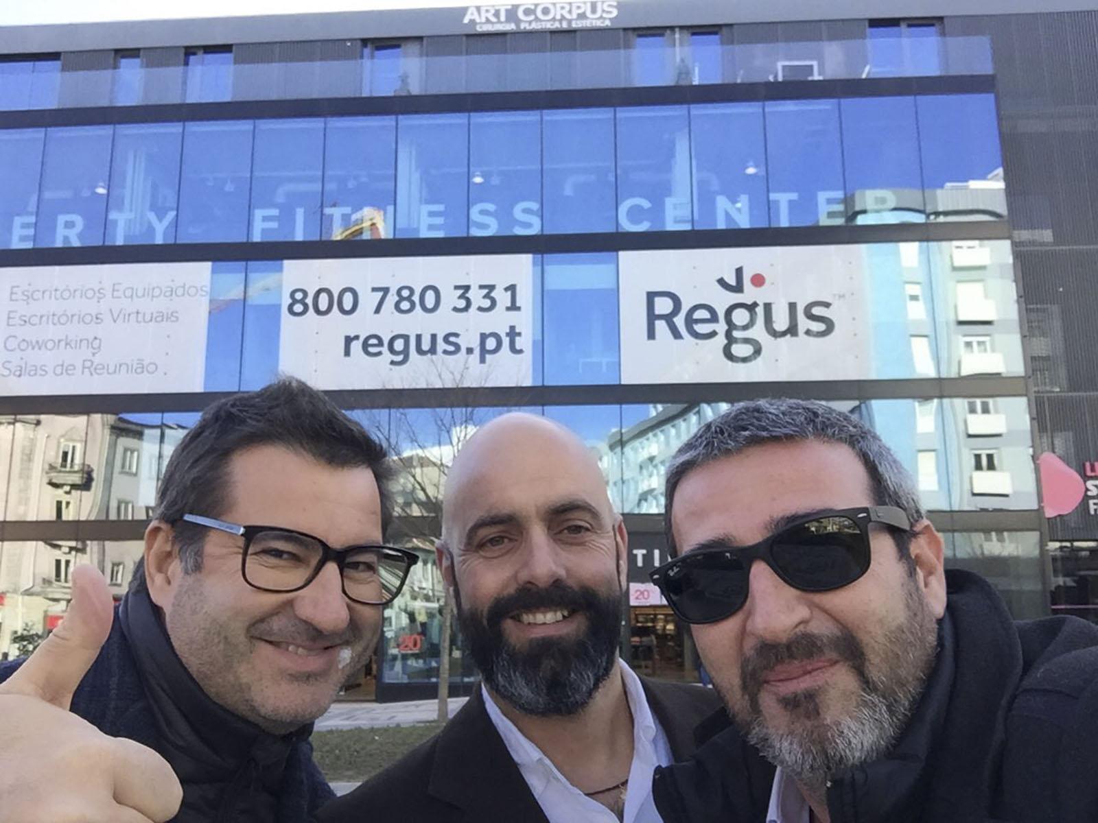 A Equipa da Vector Mais (Duarte Aires, João Quintas e Ricardo Castro) na entrega da obra da Regus.