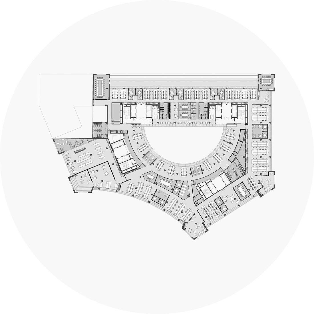 """""""Os postos de trabalho fixos foram colocados junto à fachada de modo a que os colaboradores desempenhem as suas funções nas áreas com maior luz natural – enquanto a criação de módulos com diversos programas permite que haja um maior controlo acústico nas zonas de trabalho em open-space."""" - Pedra Silva Arquitectos"""