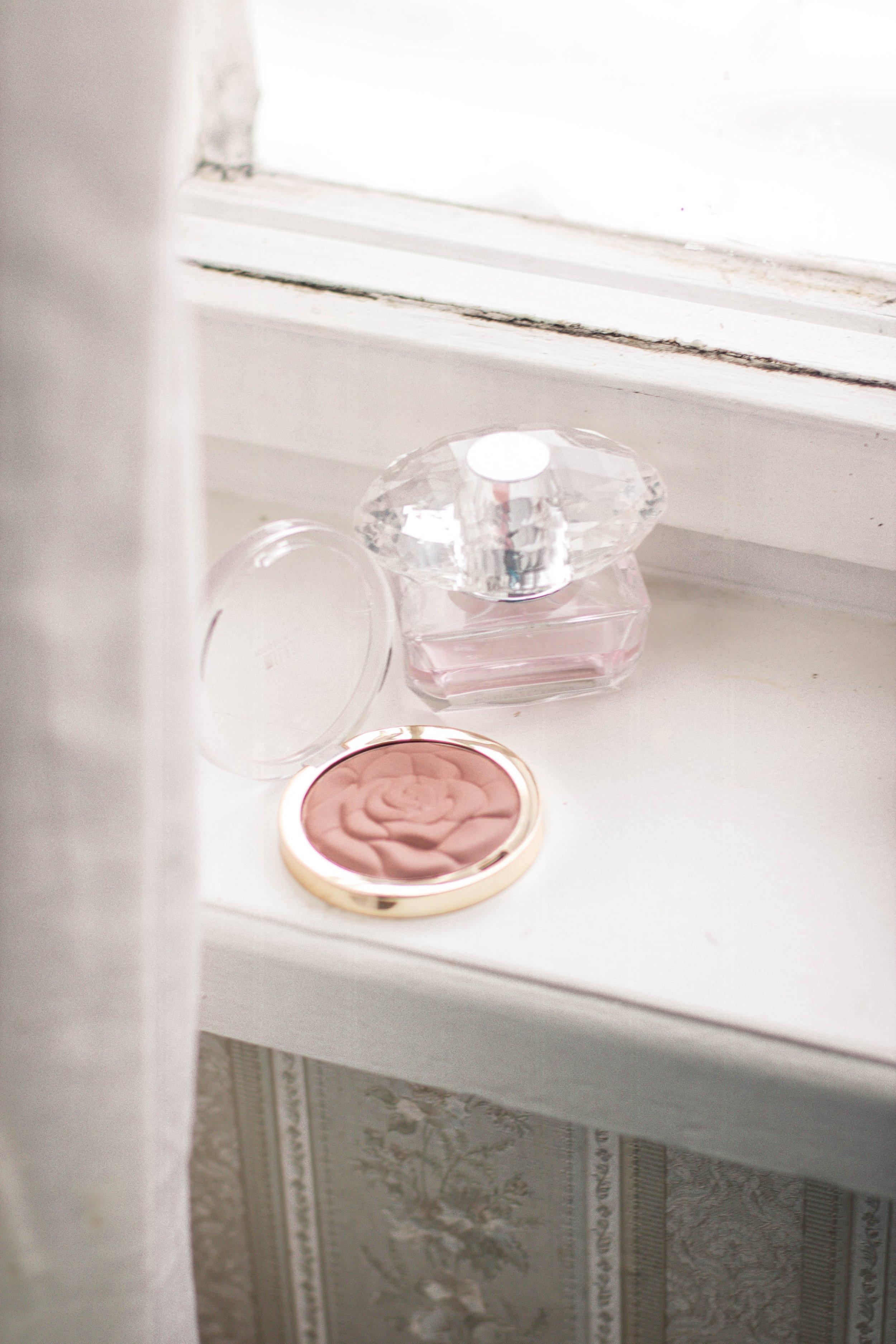 bathroom-blush-container-2417856.jpg