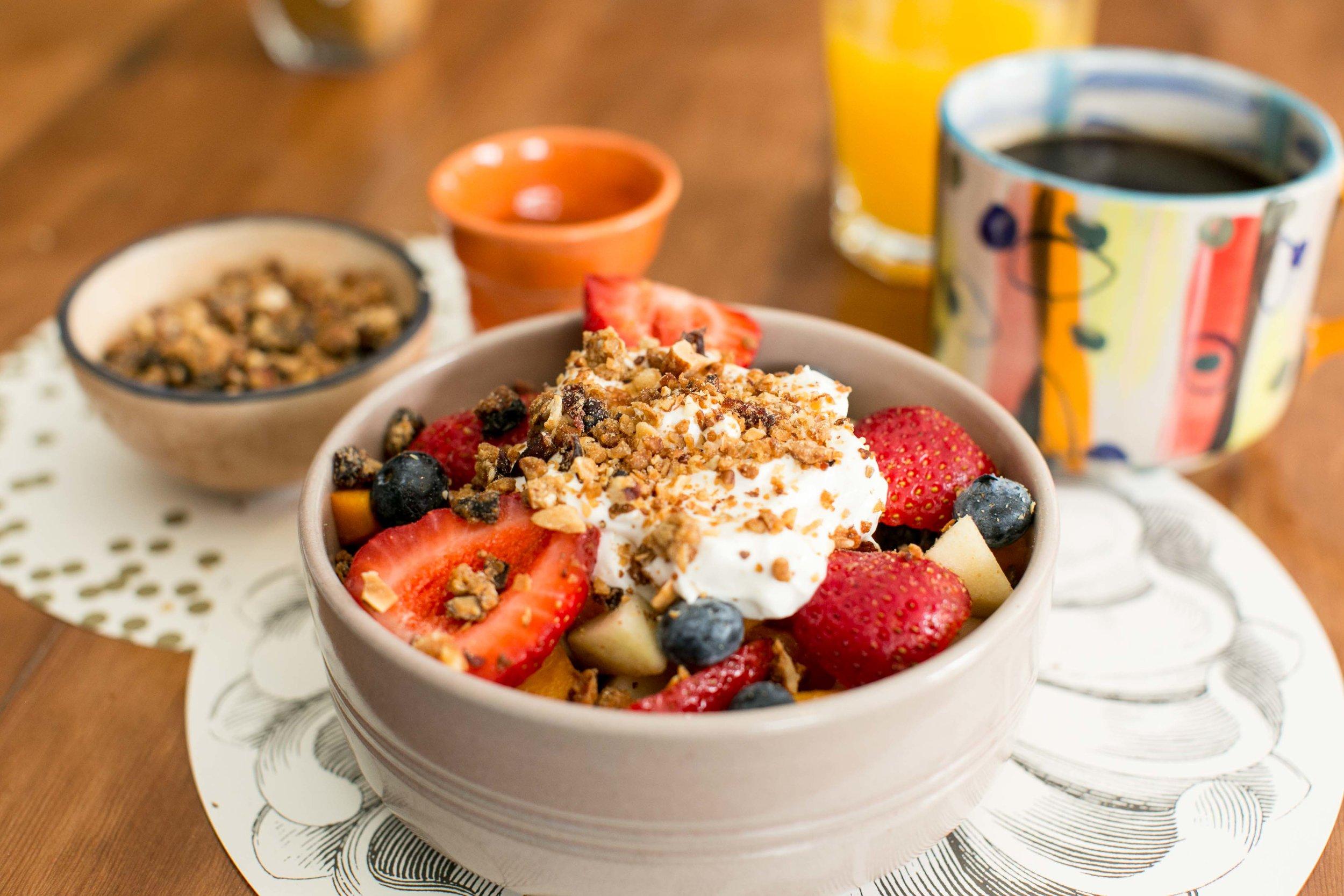 DESAYUNO LIGHT:  Ensalada de frutas de la estación, yogurt griego y granola hecha en casa.