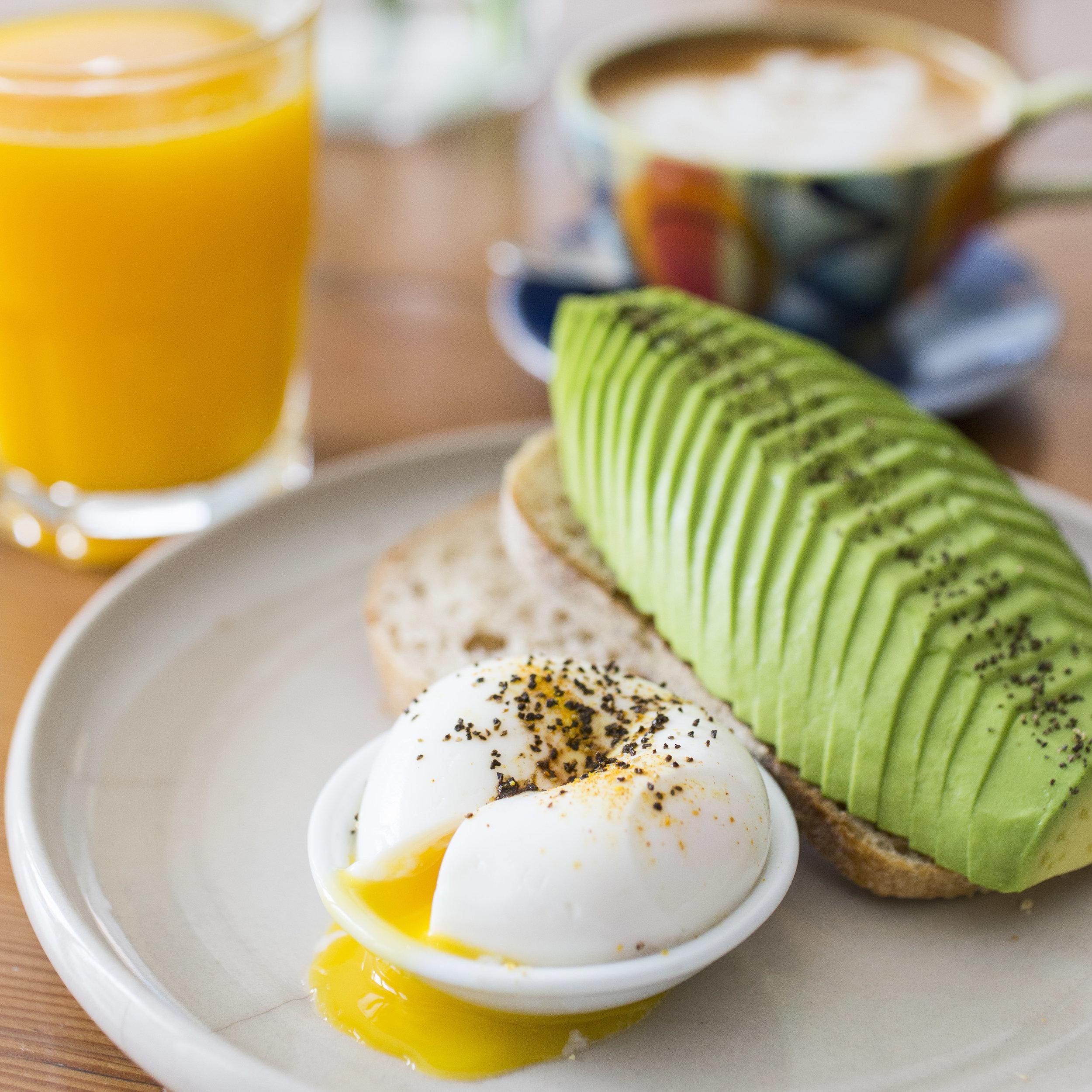 DESAYUNO DE ANA:  Tostada integral servida con palta y huevo pasado.