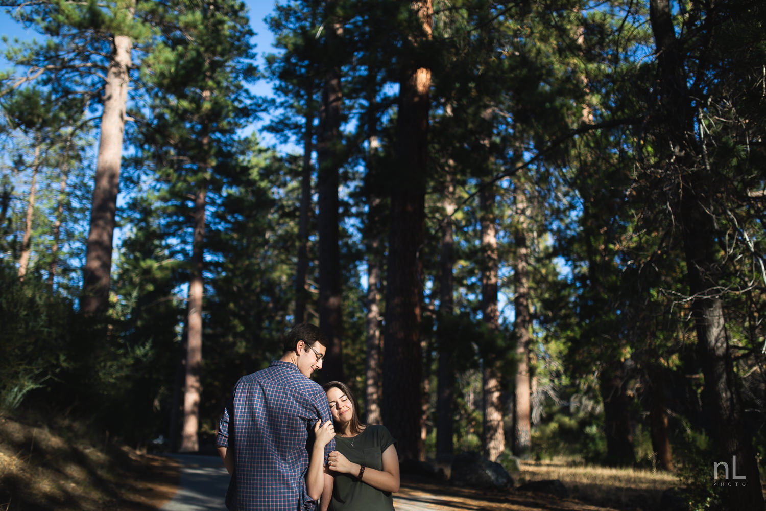 los-angeles-national-forest-engagement-photography-epic-shot-bokeh-couple-smiling