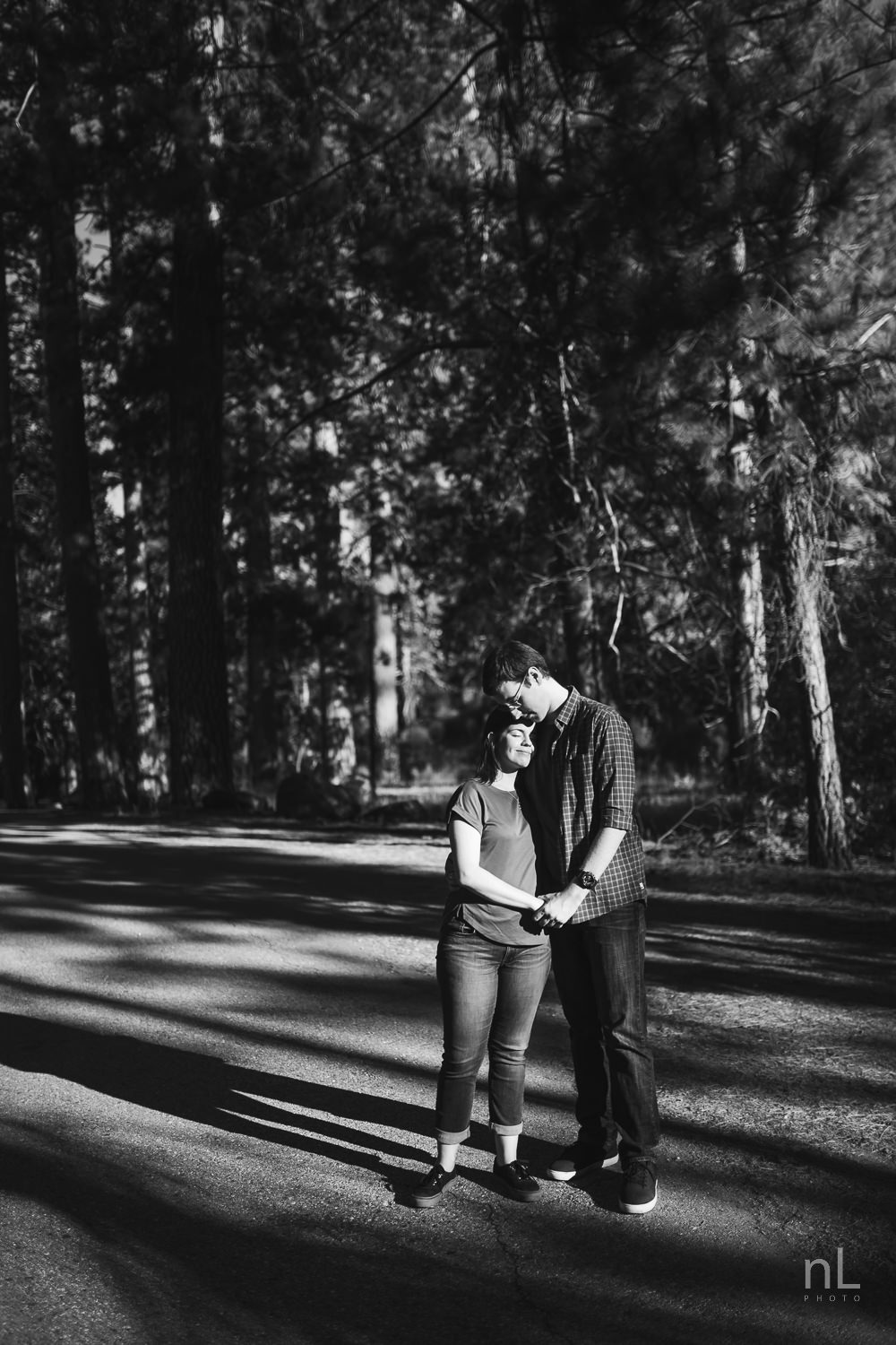 los-angeles-national-forest-engagement-photography-couple-embracing-black-and-white-trees