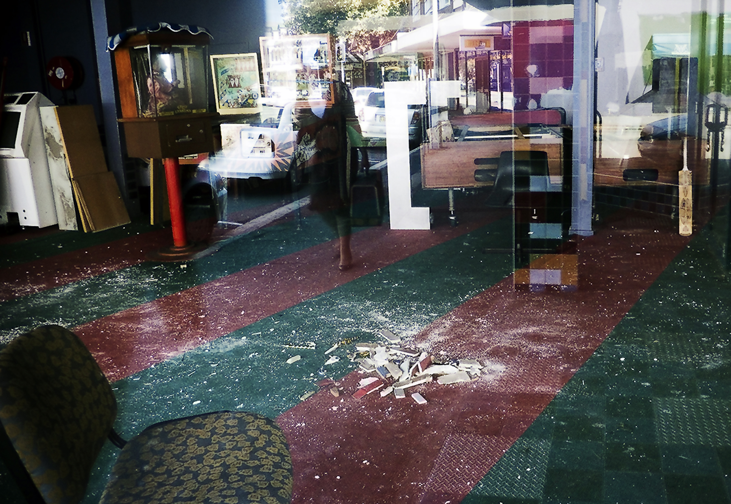 014_didi-s_gilson_street-photography_australian_newcastle_reflection_shopwindow_arcade_abandoned_colour_2007.jpg