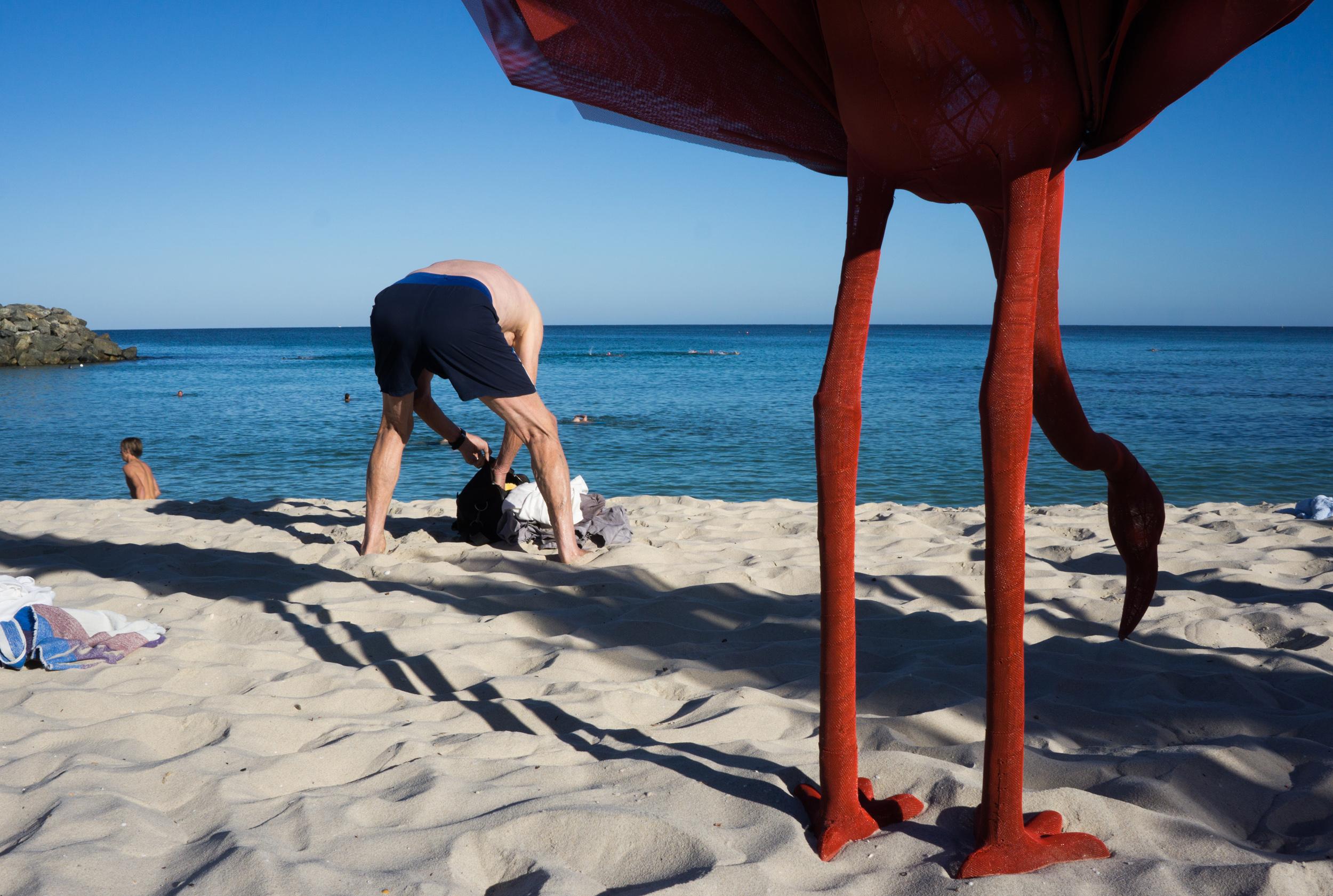 justin_tan_torres_australian_street_photography_beach_sculptures_by_the_sea_man_beach_cottesloe_perth_2015_07.jpg