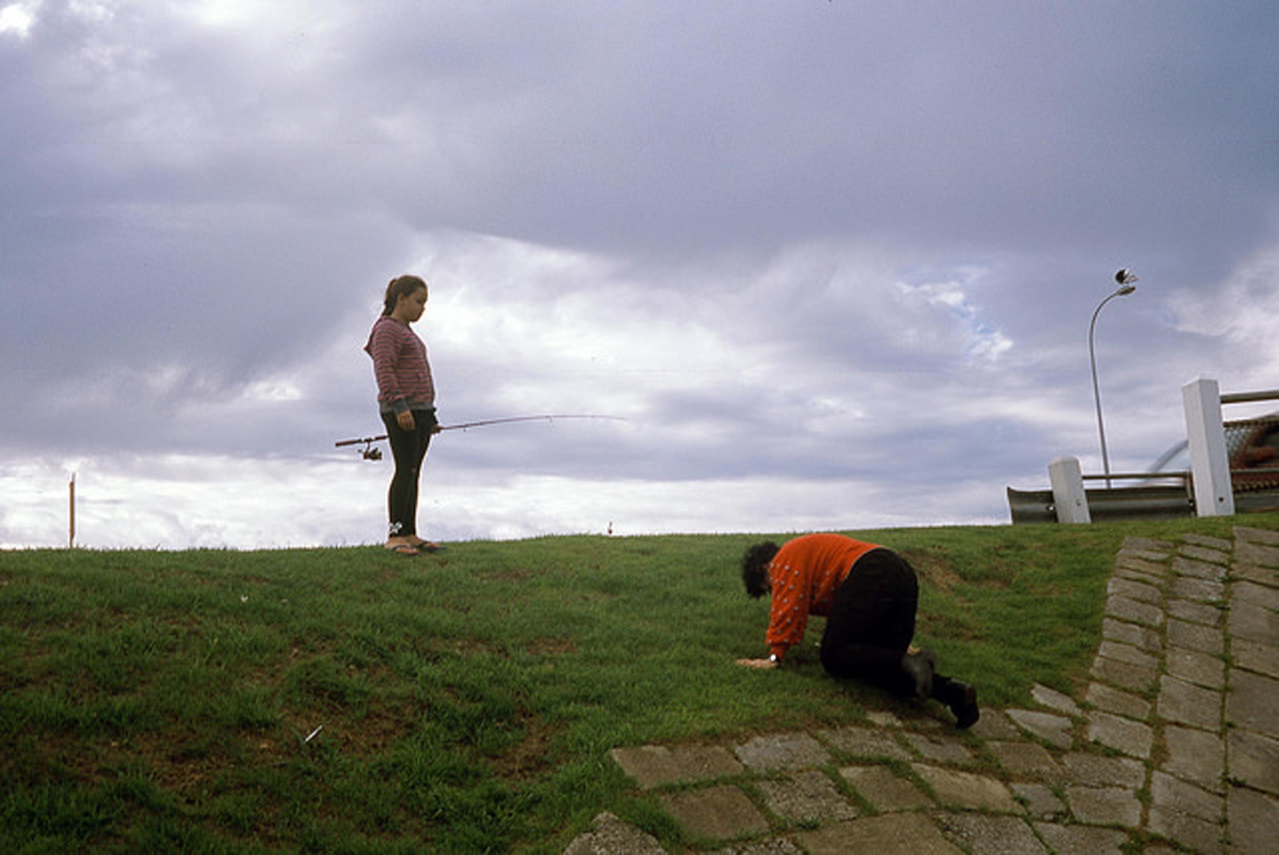 justin_tan_torres_australian_street_photography_fishing_bowing_grassy_hill_suburbia_perth_2014_08.jpg