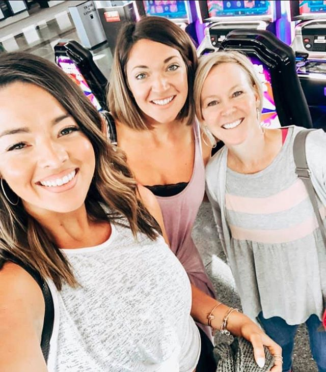 Met these two sisters on the plane to Vegas!  Both of them are #autoimmunewarriors like me 🤛and have had great improvements in their health from improved gut health with proper supplementation. We have all lost inflammation, improved our immune systems to recover from our autoimmune issues and all feel so much better when It comes to energy, Weight, Sleep, Mood and more!  Not sure how meeting amazing women and helping others with getting themselves back is my job but it is! 😘