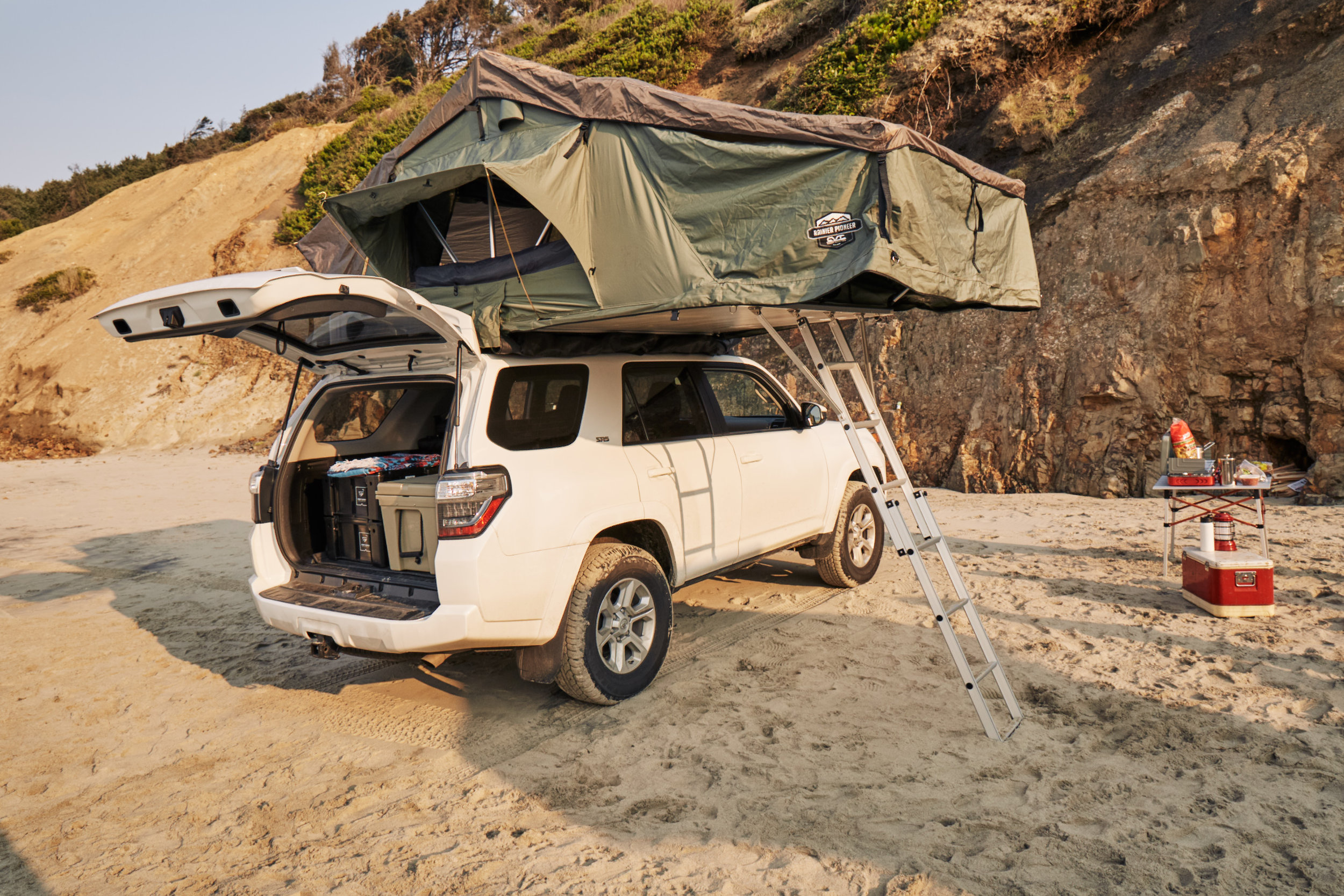 Cascadia Vehicle Tents Mt. Rainer Stargazer Rooftop tent x Wonderland Expeditions Toyota 4Runner - a match made for backcountry fun.