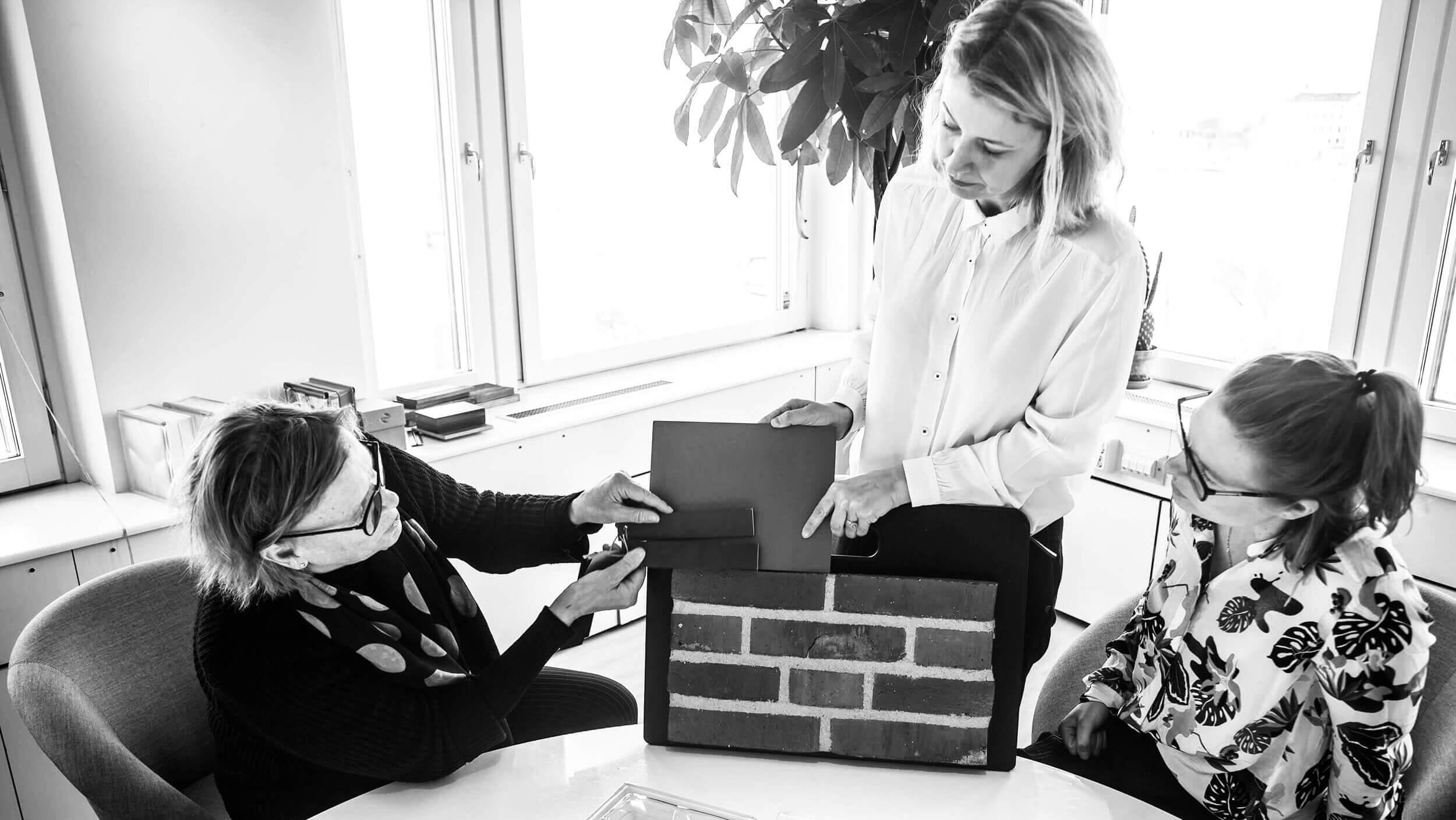 Gestaltning.  Annette Lindberg, Sophie Kunsch och Frida Stjernqvist testar vad som händer när olika fasadmaterial möts.