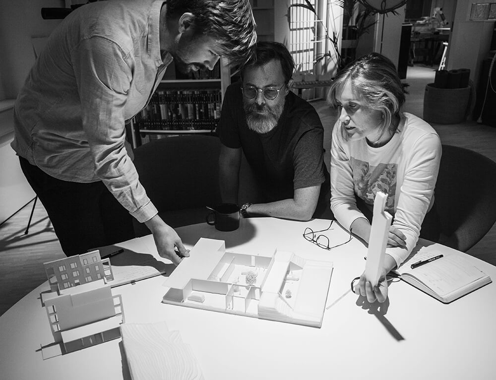 MODELLBYGGE.  Viktor Karlsson, Hugo Löfgren och Malin Svensson undersöker idén om ett atrium som förbinder den gemensamma gården med entrétorget.