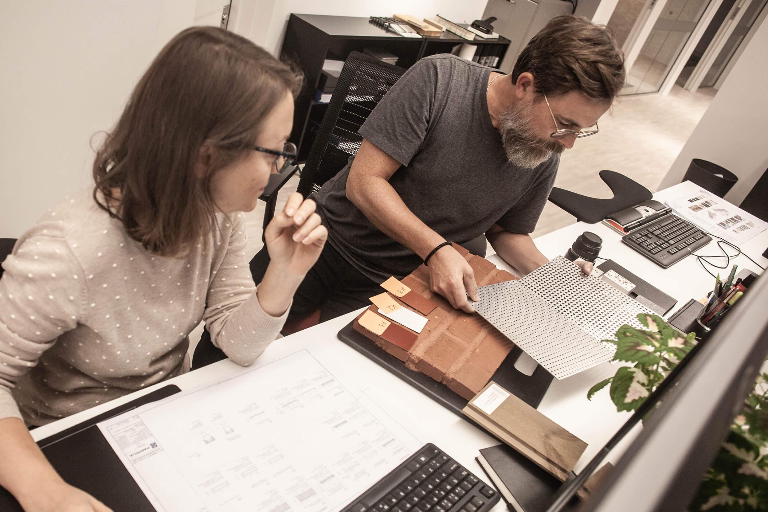 Viktiga val.  Madalina Gherghina och Hugo Löfgren diskuterar perforering och materialitet i projekt Kvibergs Boulevard.