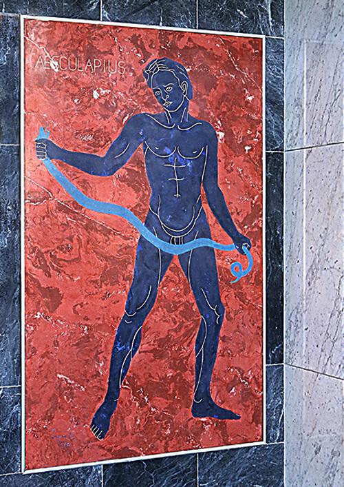 Hälsa från medelhavet till baltiska havet - Asklepios var inte vilken grek som helst. Gudinnan Athena gav honom blodet från gorgonen Medusa och med det så kunde han både bota sjuka och återuppväcka de döda. Han avbildas ofta tillsammans med en orm eller till och med i ormgestalt. Ibland slingrar sig ormen upp längs en stav, den så kallade Asklepiosstaven, som har blivit en internationell symbol för medicinsk vetenskap.Ett konstverk föreställande Asklepios prydde den kontorsbyggnad som stod på fastigheten här i kvarteret Baltic tidigare och den får följa med i flytten och föräras en plats i en av gatuentréerna. Kanske skänker den god hälsa till boende i kvarteret?