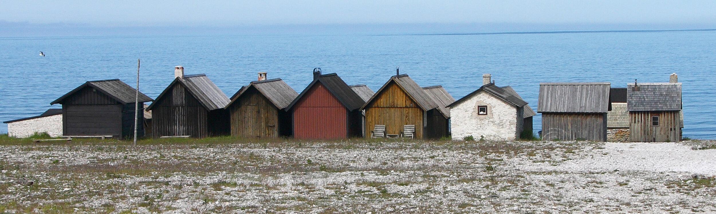 Bodarna i Helgumannens fiskeläge på Fårö. Grundformen är lika men takvinklar, material och kulör varierar