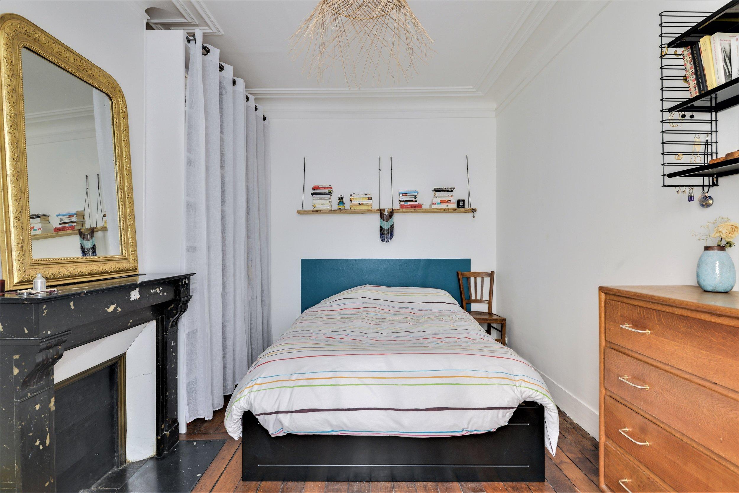 vintage bleu miroir ancien étagères tomado cheminée marbre parquet chambre chaise bistrot