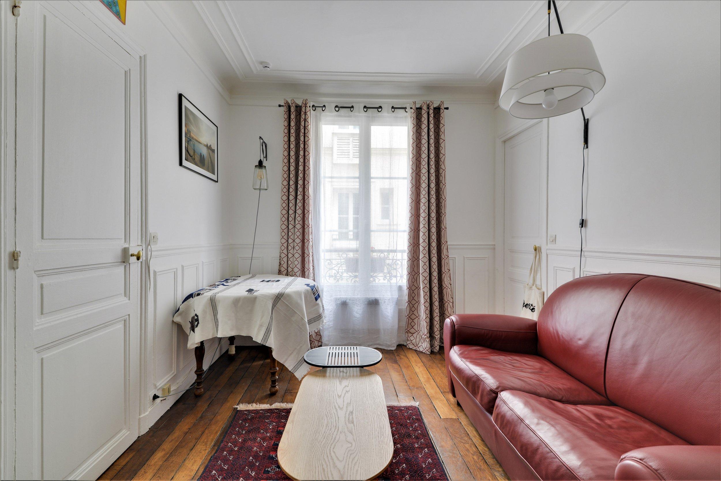 salon parquet canapé rouge rideaux décoration ethnique