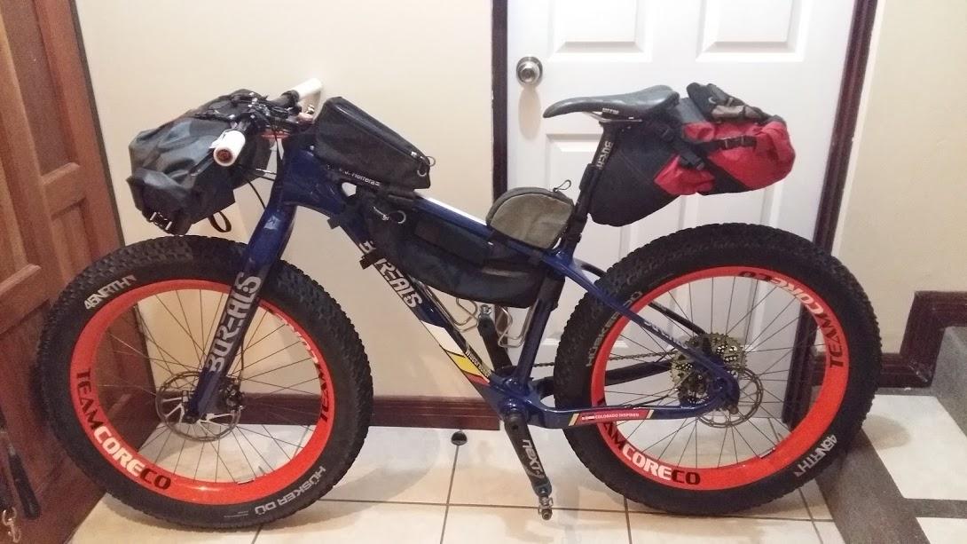 La Bicicleta - Nuestra preferencia para El Camino de Mulas son las Borealis Fat Bikes con ruedas de 26x4, 27.5x3.5 o 29x3 pulgadas. Esto es más que todo por la estabilidad que garantizan con las bicicletas cargadas, el control en piedra suelta, la comodidad y las ventajas que ofrecen en secciones de arena o barro; sin embargo se puede utilizar cualquier bicicleta, siempre y cuando sea propulsada por fuerza humana (NO E-BIKES). A parte de eso, el resto del recorrido es amigable con cualquier tipo de bicicleta de montaña. Los ascensos fuertes van a requerir combinaciones de marchas bajas. Si se usan mono-platos, la recomendación es que sean de 28 o incluso 26 dientes, combinados con piñones de al menos 45 a 50 dientes en su rango más bajo. La capacidad de frenado también va a ser importante para los descensos largo y empinados, especialmente con una bicicleta cargada. Las altas temperaturas o lluvia pueden obligar a cambiar pastillas de freno al menos una vez durante el recorrido.