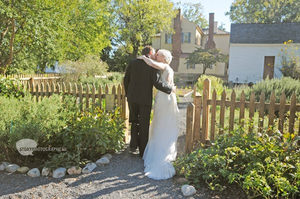 6-Mordecai-House-wedding-couple-portraits.jpg
