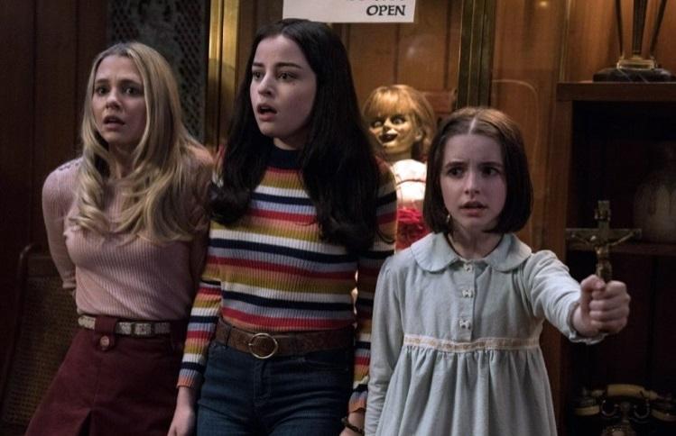 Da sx: Madison Iseman (la babysitter Mary Ellen), Katie Sarife (la sua amica Daniela Rios), Mckenna Grace (la piccola Judy Warren)