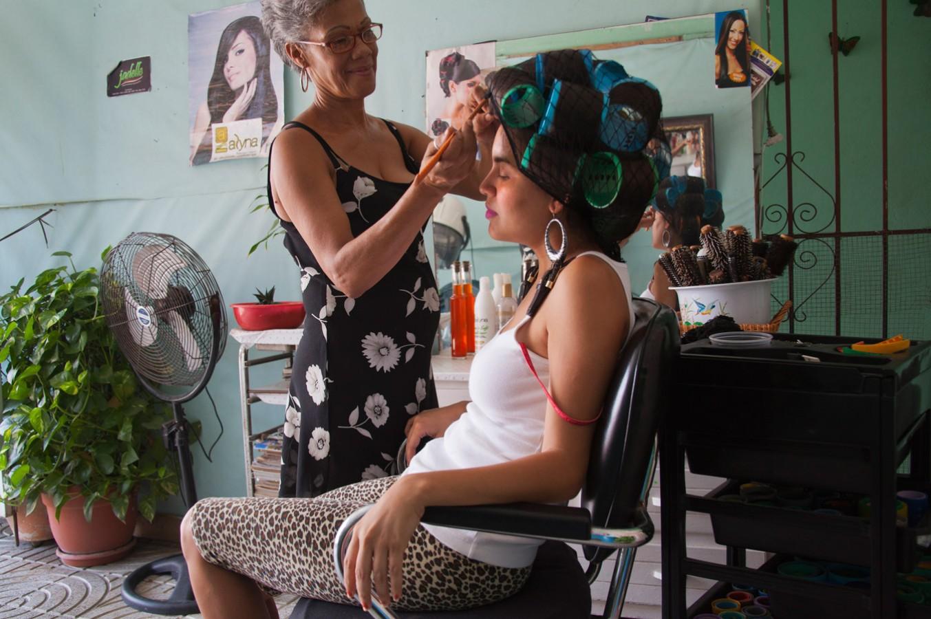 Woman at Salon |  Mujer en el Salón  (2014)