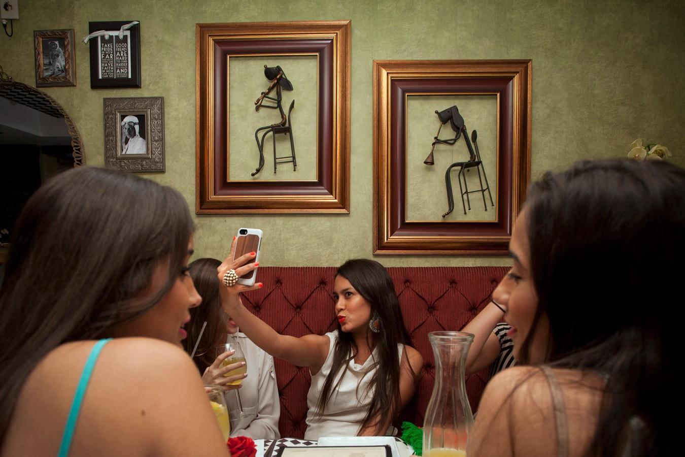 Girl taking a |  Joven haciéndose una    #selfie #havingagreattime #brunetteshavemorefun #girlsnightout #fridaynight #yolo #iwokeuplikethis #girlsnight #ladiesnightout #friendsforever #bffs #girlsjustwannahavefun #sangria #happyhour #lookingfabulous (2014)