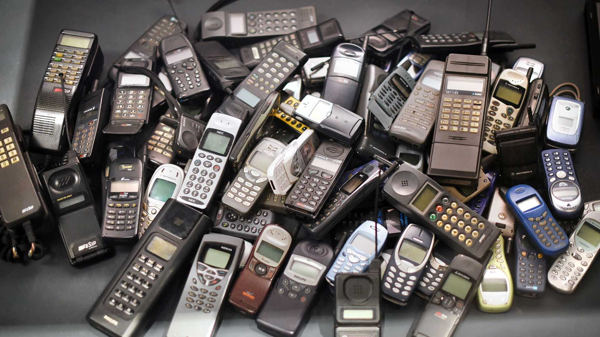 stack-of-old-mobile-phones-PRB3WDM.jpg