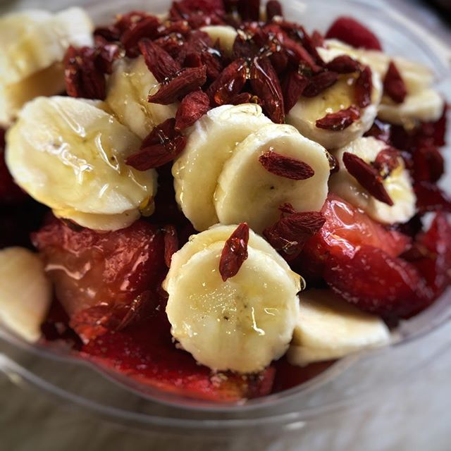 Delicious Acai and passion fruit bowl topped with goji berries. Sunny day = the perfect time to eat a bowl @outside