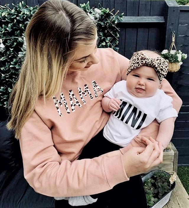 It's Monday! And we have some good news for you MAMAs 🖤 We will be having our mid-season sale starting tonight at 9pm on our website where you can grab some styles for as much as 40% off! Making way for some gorgeous new designs! Thanks to @stephanie.wilsonx for this adorable picture of her & her MINI! Love seeing you all in @bebeandme_ #mybebeandme