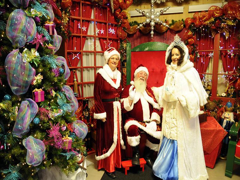 Père et mère Noël avec la reine des glaces, Stella