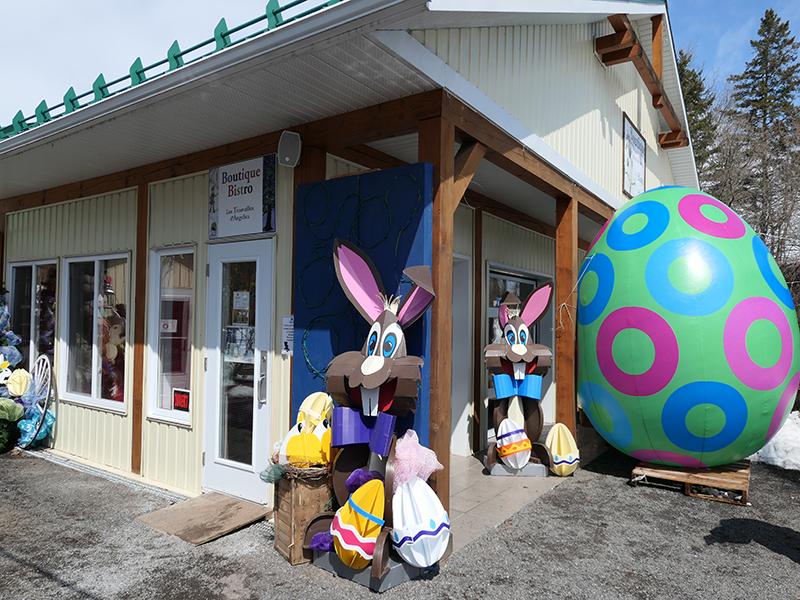 On range aussi les décors de Pâques