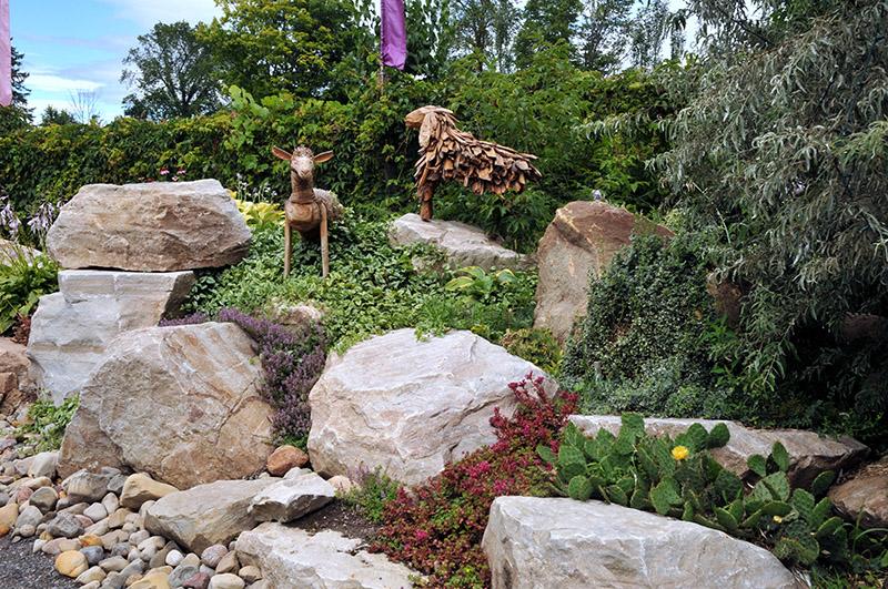 Rocaille faite à partir des roches sorties de notre terre avant de planter les vivaces des jardins