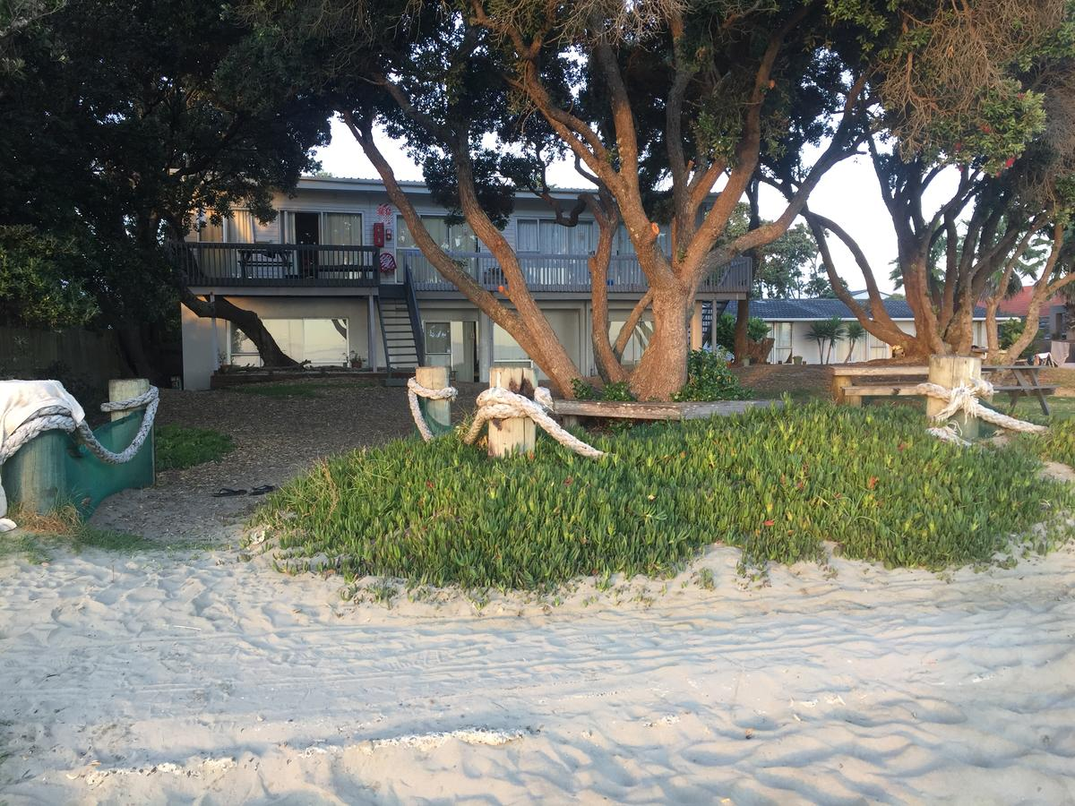 Edgewater Motel, Orewa - One of the few accommodation in New Zealand with direct access to the beach! Orewa's town centre is also only a few steps away.