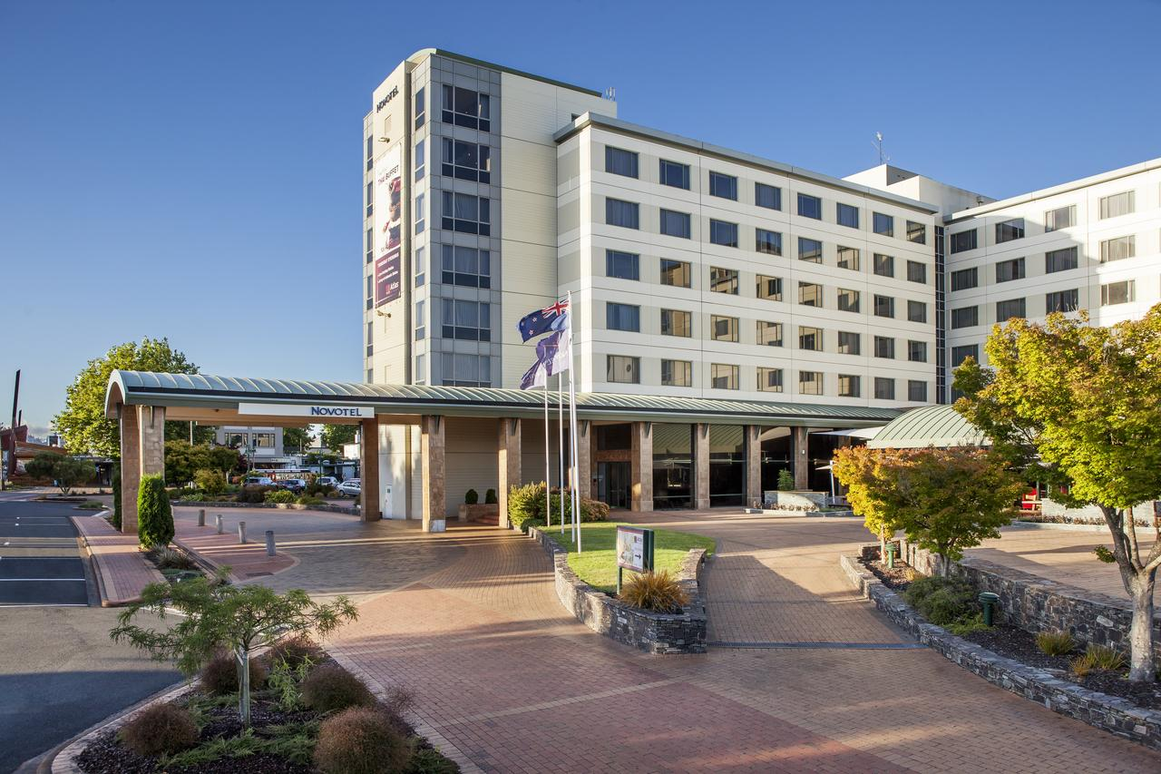 Novotel Rotorua - As central as it gets, Novotel lies between Eat Street and the town on one side and Lake Rotorua on the other. Perfect to explore the city centre on foot. The stylish hotel also has a swimming pool.