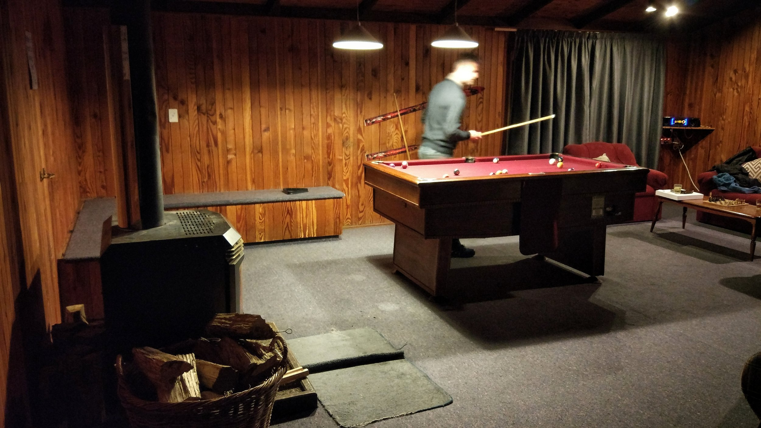 Howard's Mountain Lodge - Lovely and well-priced backpackers in National Park Village. Warm thanks to heating and double glazing. Charming communal area with log fire and free pool table. Free spa pool to soak after hiking or skiing.