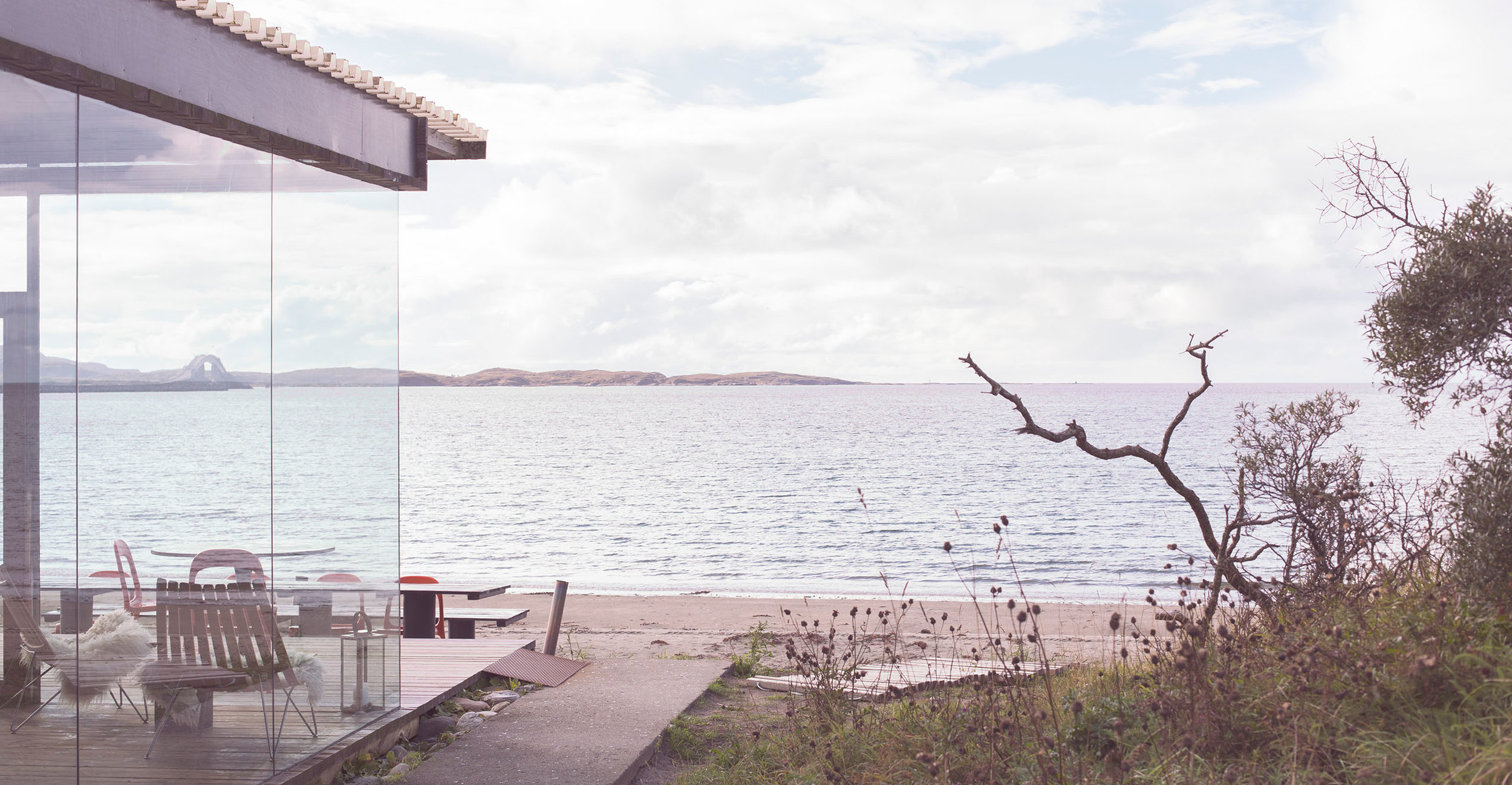 Stokkøya Sjøsenter og Strandbaren - I 2005 startet bygging av Strandbaren. Først og fremst som et «skur på stranda», et møtested for hyttefolket, men etterhvert har nedslagsfeltet for besøkende utvidet seg betraktelig. Strandbaren er bygd på murene av en gammel sementfabrikk som ble etablert i 1947 og var operativ i ca 30 år.