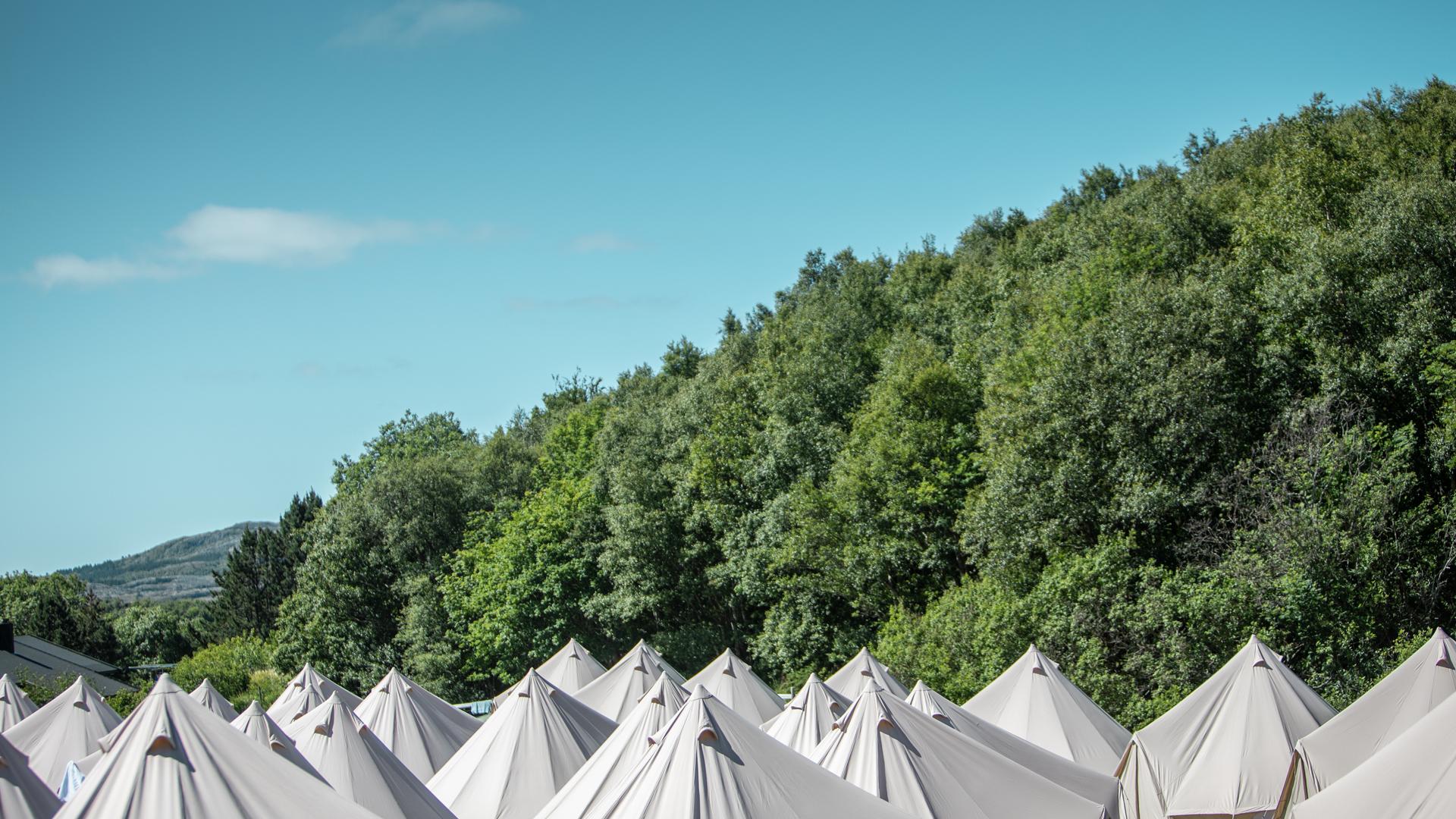 UTSOLGT!Glamping på Stokkøya Sjøsenter - Kom til ferdig oppsatt og innredet Glampingtelt på Stokkøya Festival!Nytt for 2019: Glampingområdet flyttes ned til gressletta mellom Sublugarene og Strandbaren, der det er campingplass resten av sesongen. Hotell-frokost er inkludert i prisen!Teltene er høykvalitets-telt laget med bærekraftig bomull. Den kraftige teltduken og teltbunn med høye kanter holder deg tørr uansett vær, og ekstra nettingdør og vegger holder insekter ute.Avstander:40 m til Strandbaren - 40 m til stranda - 900 m til festivalområdet