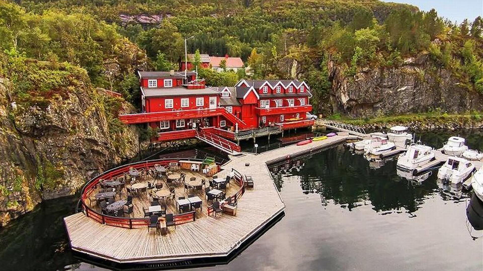 UTSOLGT!Leilighet på Kuringen Bryggehotell - Kuringen Bryggehotell ligger i Revsnes, som er det siste tettstedet på fastlandet før du kjører brua over til Stokkøya. Kuringen Bryggehotell er en tradisjonsrik klippfiskbrygge med flott restaurant og flere overnattingsmuligheter og ble oppgradert i 2017.Hver leilighet har sjøutsikt, 4 sengeplasser fordelt på 2 soverom, balkong mot sjøen, sittesalong, bad, tv og internett. Inkludert i prisen er frokost, sengetøy og sluttvask.NB! Transport til og fra festival må ordnes av gjesten selv.Avstander:9 km til Strandbaren - 8 km til festivalområdet