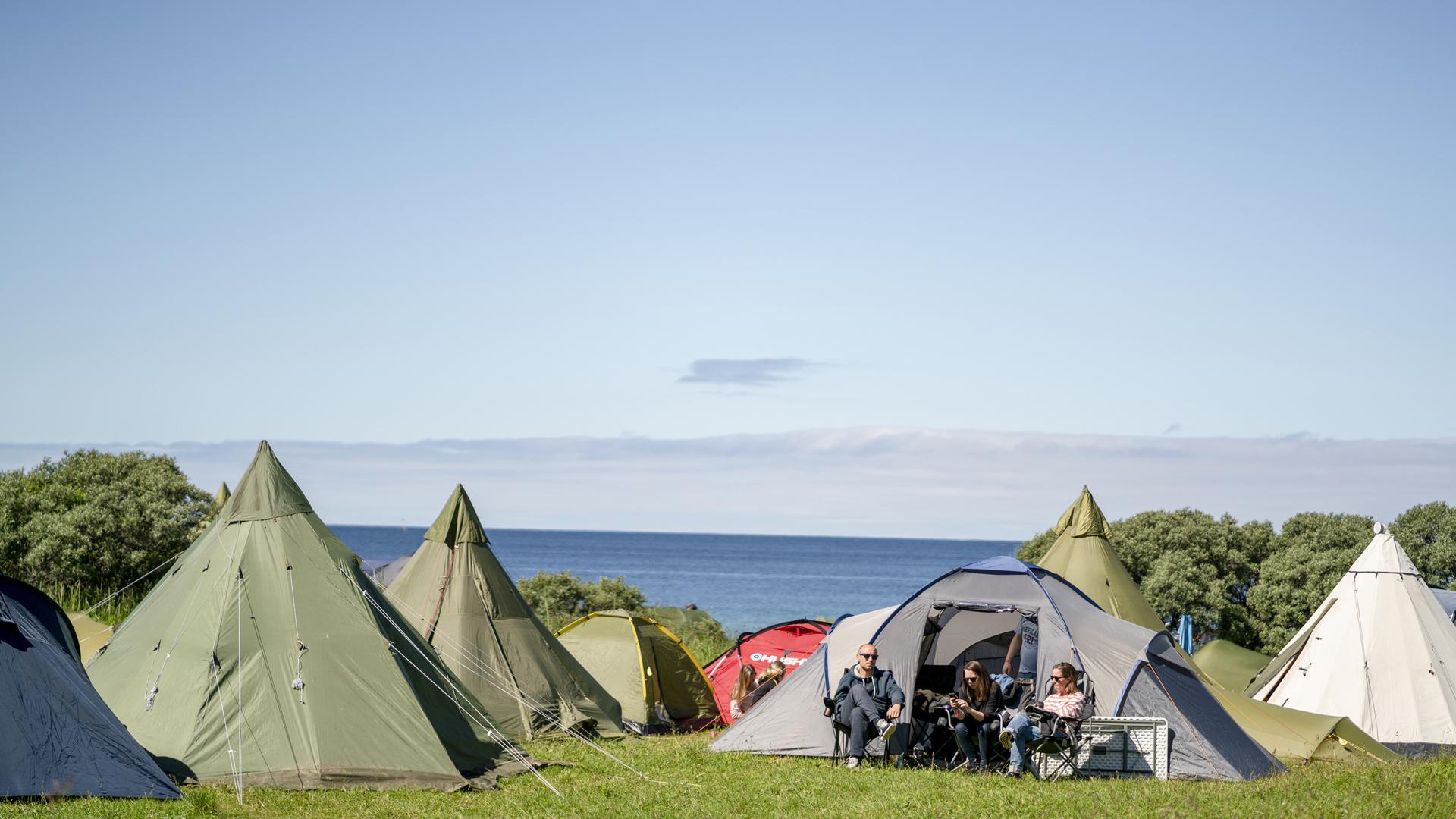 UTSOLGT!Strandcampen på Stokkøya Sjøsenter - Den mest eksklusive teltplassen under Stokkøya Festival, rett ved den 400 meter lange sandstranda Hosnasand og Strandbaren. Her kan du springe rett ut av teltet for en herlig morgendukkert. Strandcampen er kun for mindre telt.Nytt av 2019 åpner vi festivalcampen allerede torsdag ettermiddag!Kun plass til vanlige fjelltelt og små lavvoer.Avstander:5-30 m til Strandbaren - 5-30 m til stranda - 900 m til festivalområdet