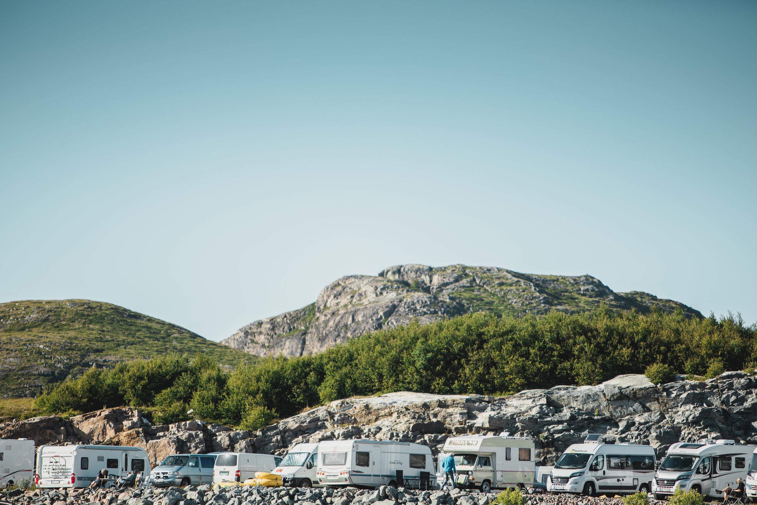 FÅ PLASSER: Bobil/Caravan Camp på Stokkøy Marina - Vårt tilbud til deg som ønsker å bo i egen bobil eller campingvogn når du skal på Stokkøya Festival. Kun 300 meter unna festivalområdet i tilknytning til Stokkøy Marina med utsikt både ut mot havet, Linesøya og festivalområdet.Det vil bli satt opp ekstra toaletter. Dusjanlegg og mulighet for tømming av septik på Stokkøy Marina. Strøm (10A) legges ut på bobilcamp.I sommer ble bobilplassene ble utsolgt lenge før festivalen, så her må du være tidlig ute.Nytt for 2019:- Bobilcamp åpner allerede torsdag ettermiddag!- Det blir salg av kioskvarer og fersk brød fra Stokkøy Bakeri i billett-teltet ved Marina.- Det vil bli satt opp et serveringstilbud på dagtid i nærhet av Marina.Priser: Pris per bobil/caravan, torsdag - søndag: 950 krAvstander:700 m til Strandbaren - 300 m til stranda - 300 m til festivalområdeBESTILL HER
