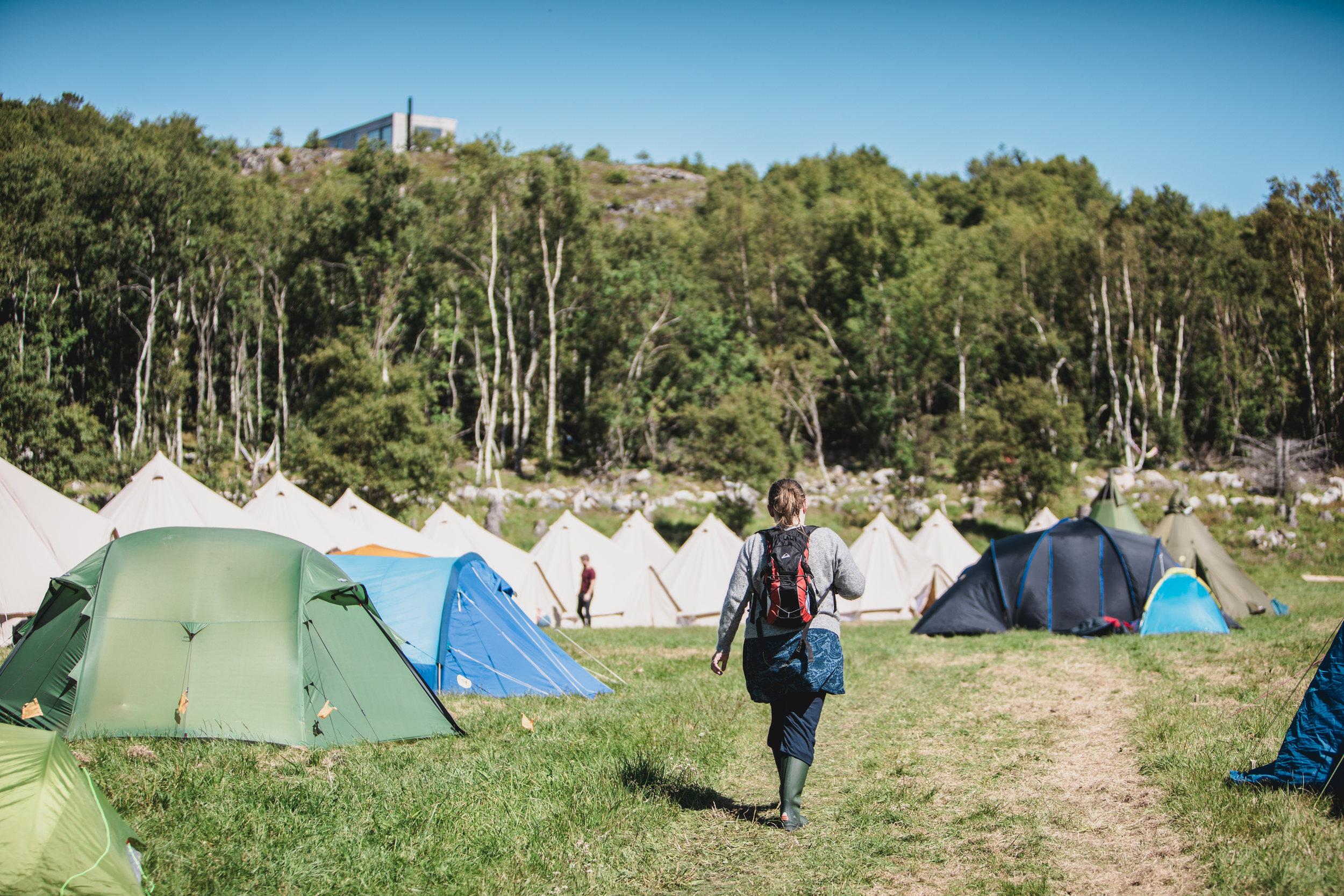 Hovedteltcampen på Stokkøya Sjøsenter - Festivalens største teltcamp ligger plassert rett over Stokkøya Sjøsenter, med fantastisk utsikt over Hosnasand og havet. Her er det plass til alle typer telt og god plass hvis man er en gruppe som ønsker å campe sammen med flere telt. Kjøretøy inkl campingvogn, bobil og combicamp er dessverre ikke mulig å ha på teltcampen.Nytt av 2019 åpner vi festivalcampen allerede torsdag ettermiddag!Fasiliteter:- Teltplass torsdag-søndag for 2 (Fjelltelt) eller 4 personer (Lavo, Hustelt)- Gratis morgenkaffe og kanelsnurr fra Stokkøy Bakeri- Vannklosetter og dusjvogner- Drikkevann (fra springen) lett tilgjengelig- Campkiosk med salg av frokost, kaffe, kalde drikker og snacks- Mulighet for å lade mobiltelefon på campkiosk- Varme griller ved campkiosk- Vakter som passer på at alle har det bra og får sove på nattenLes mer om camp-regler og tips her.Vi selger teltplasser i to ulike størrelser!Priser:- Inntil 2 personer (12 kvm) torsdag - søndag: 800 kr- Inntil 4 personer (20 kvm) torsdag - søndag: 1200 krAvstander:250 m til Strandbaren - 250 m til stranda - 1000 m til festivalområdeBESTILL HER