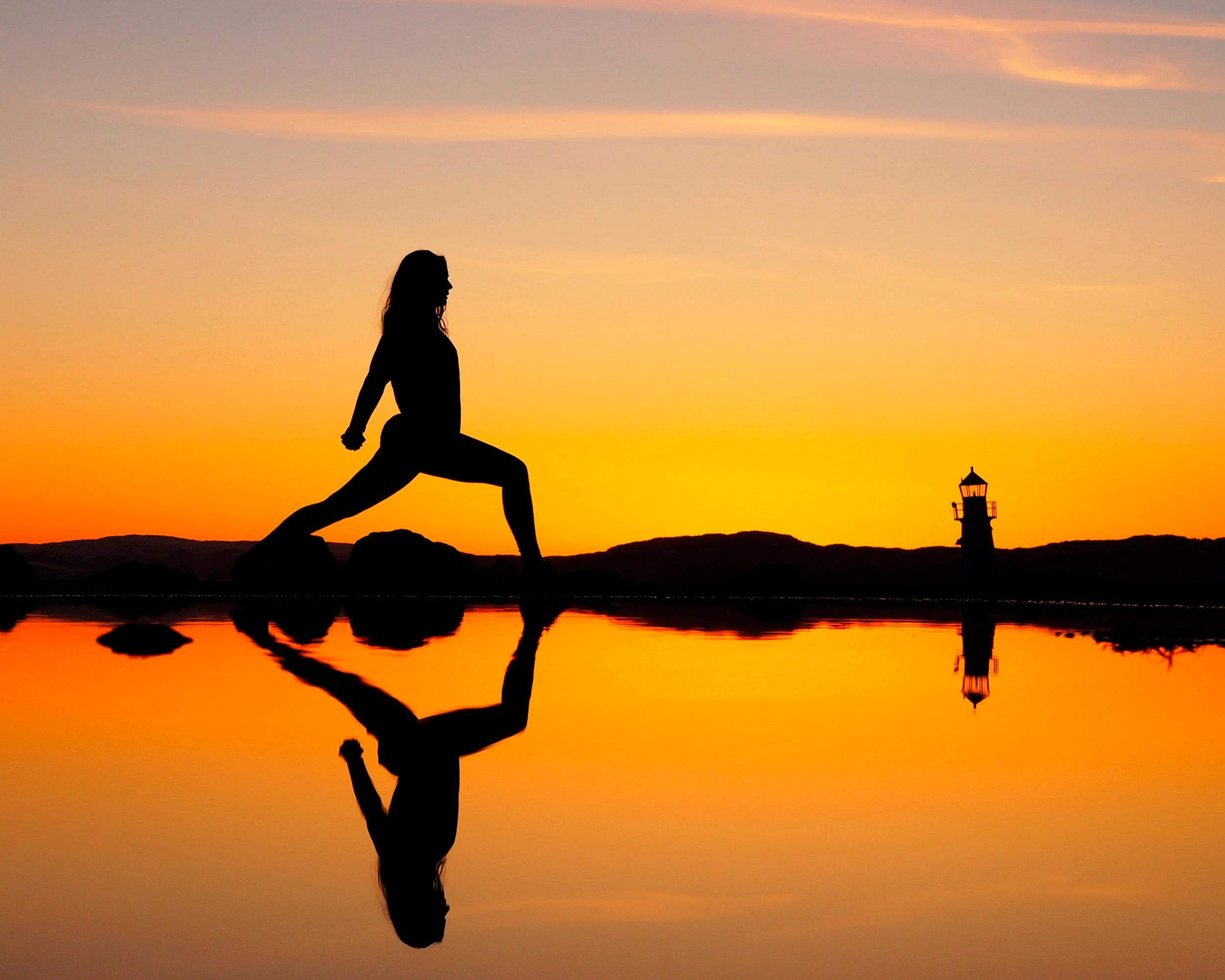 YOGA - Start dagen med yoga på vakre hosnasand. Vi tilbyr yogatimer både fredag, lørdag og søndag under festivalen.GOD MORGEN YOGI (flow)Gi deg selv anledning til å starte dagen med å lande i kroppen, i nærværet og stillheten som finnes i det enkle. Vi jobber med grunnleggende posisjoner og sekvenser for å gi kroppen en best mulig start på dagen. En yogaklasse uten fancy overganger og spektakulære peakposisjoner.Tid: Fredag 28. juni kl. 10:00Varighet: 45 minOppmøte: Resepsjonen på Sjøsenteret, 5 min før startMaks 20 pers.Pris: 100 kr per pers.Ha med egen matte.YOGA FLYT (flow)Med Stokkøyas umiddelbare nærhet til sjøen lar vi oss inspirere av vannelementet i denne flyten som åpner opp for det lekne og kreative.Tid: Lørdag 29. juni kl. 10:00Varighet: 45 minOppmøte: Resepsjonen på Sjøsenteret, 5 min før startMaks 20 pers.Pris: 100 kr per pers.Ha med egen matte.ÅPEN OG STERK (flow)I denne klassen jobber vi med sentrering og stabilitet for å finne styrke og balanse i enkle, men kraftfulle posisjoner. Vi fokuserer mye på stående posisjoner og bygger dem fra roten og opp. Her får du møte de ulike krigerne, og kanskje en balanseøvelse eller to.Tid: Søndag 30. juni kl. 11:00Varighet: 45 minOppmøte: Resepsjonen på Sjøsenteret, 5 min før startMaks 20 pers.Pris: 100 kr per pers.Ha med egen matte.Instruktør er Kari-Anne Bains, som har praktisert og undervist yoga i over 15 år. Siden hun begynte sin yogareise har hun deltatt på en rekke kurs, workshops og utdannelser i inn og utland. Til daglig jobber Kari-Anne som lærer på en skole i Trondheim og driver yogastudioet Yogaens Hus i Ilsvika i Trondheim. Et yogastudio med fokus på rom og raushet for alle i en prestasjonsfri sone.Kari-Anne sitt syn på yoga:Min intensjon er at yoga er for alle, og at alle skal kunne oppleve mestring. Yoga for meg er så mye mer enn det som skjer på yogamatta. Gjennom å praktisere yoga blir du bedre kjent med deg selv, og det som skjer på yogamatta gjenspeiles i livet utenfor matta og omvendt.