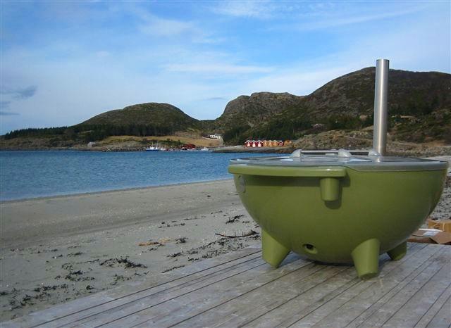 Bading i stamp - Finnes det noe bedre enn å ta en god time i badestampen? Under festivalen kan du reservere hele badestampen til deg og vennegjengen i 1 time. Senk skuldrene og nyt utsikten mot havet.Håndduker følger med, og drikke kan bestilles i strandbaren.Husk badetøy!Tid: Fredag 28. juni kl. 12:00, 13:30, 15:00, 16:30Lørdag 29. juni kl. 12:00, 13:30, 15:00, 16:30Søndag 30. juni kl. 12:00, 13:30, 15:00, 16:30Varighet: 1 tOppmøte: Strandbaren, 5 min før startPris: 1000 kr + billettavg for hel stamp med plass til 8-10 pers
