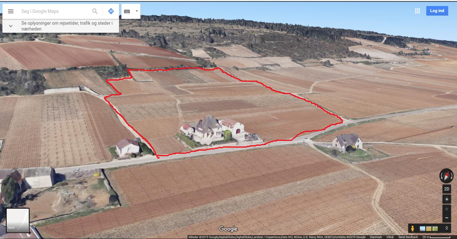 Les Fuées med Sigauts ejendom i bunden af marken.