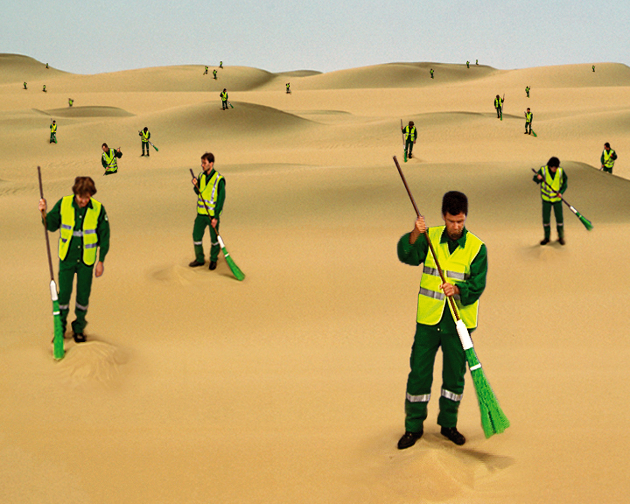 In the video The Desert Sweepers, she uses Paris corporation road sweepers, recognizable in their uniforms. The infinite repetitiveness of their task, underscored by the sound of their sweeping, seems utterly absurd in this desert scape, but a closer look reveals a face to each human being behind this anonymous group.  在录像《沙漠清扫者》中,通过明显的制服,我们可以看出她拍摄的是巴黎公司的道路清扫工。清扫的声响强调了他们工作的无限重复性,似乎使这份工作在这片沙漠景观中显得十分荒谬,但仔细观察后,却可以发现,在这个毫无个性特征的工作组中,每个人都有一张属于自己的脸。  沙漠清扫者,2003年,单屏录像,艺术家和纽约Peter Blum画廊提供图片 The Desert Sweeper, 2003, single channel, video, ©sumeitse ,Courtesy the artist & Peter Blum Gallery, NY