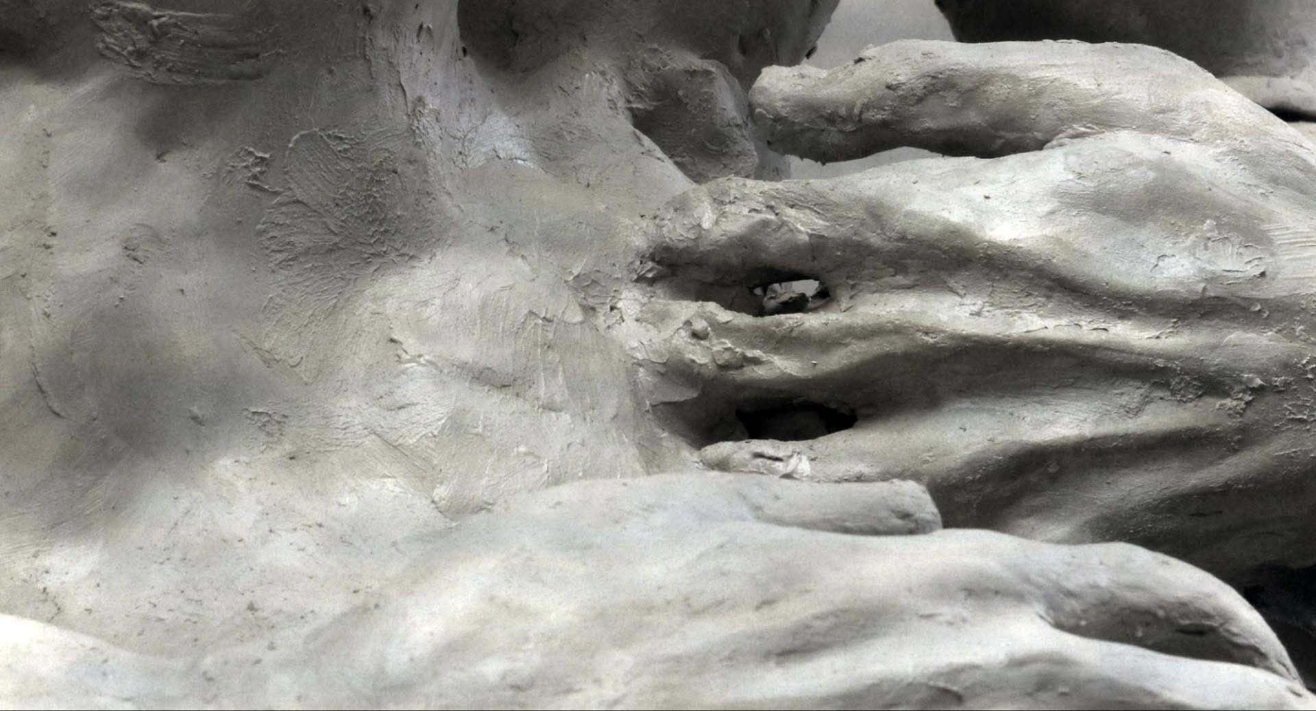 - 作品名称:《泥土和油墨》导演:乔纳森·拉斯卡尔制片:埃利·沙皮伊国家/地区:瑞士创作时间:2013 编剧:乔纳森·拉斯卡尔美术:乔纳森·拉斯卡尔音乐:皮埃尔·丰克片长:4分40秒Title: From Earth and Ink (De Terre et D'encre)Director: Jonathan LaskarProducer(s): Elie ChapuisCountry/Area: Switzerland Year of production: 2013 Screenplay: Jonathan Laskar Design: Jonathan Laskar Music: Pierre Funck Length: 4 mins 40 secs作品介绍本片描述了一个男子利用粘土制作另一个自己的故事。这个活生生的肖像体现了他在那段关系中自己身体遭遇的痛苦。Synopsis This is the picture of a man who creates his double with clay. This living portrait marks its own body with the pain the man endures in his relationship.