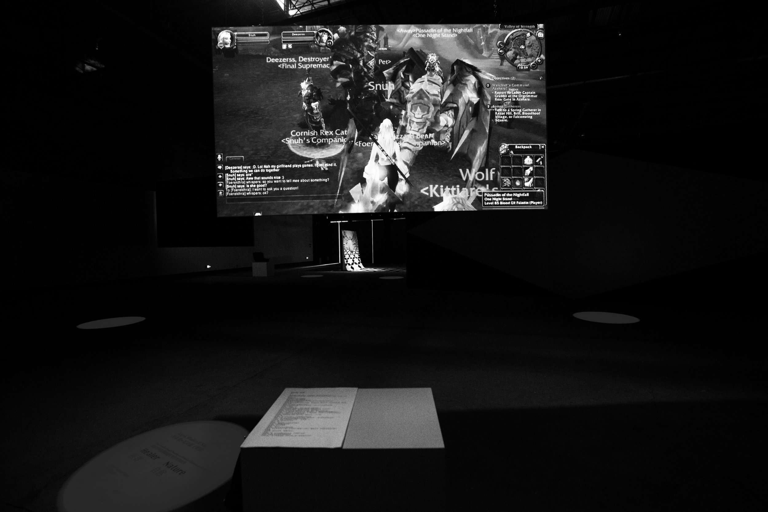 "- 安吉拉·瓦施蔻在 2012 年初创立了""魔兽世界性别敏感性与行为意识处"" ,介入网络 《魔兽世界》——这个有史以来最受欢迎的多人角色扮演游戏。瓦施蔻并没有按照游戏的结构和逻辑——屠龙、获取更强的装备、加入更多更强大的团体......透过她建立的线上机构,她在玩家之间发起讨论,探讨他们是如何看待女性,以及对""女权 主义""一词的看法。瓦施蔻创造了一个基于网络玩家的环境,对女性友好的强制性女 权主义空间。魔兽世界的玩家社群无论在地域上、政治上、经济上、社会上和种族上都非常多元(比瓦施蔻生活中公共空间更多元)。因此,游戏空间内产生的讨论更能反映现在美国人对""女性""角色的辩证看法。In early 2012 Angela Washko founded ""The Council on Gender Sensitivity and Behavioral Awareness in World of Warcraft"" as an intervention within World of Warcraft, the most popular massively multiplayer role-playing game of all time. Instead of continuing to follow the quest structure of the game--killing dragons, getting better equipment, joining more competitive guilds...while performing as ""The Council on Gender Sensitivity and Behavioral Awareness in World of Warcraft"", Washko facilitates discussions with players inside the game about the ways in which the communities therein addresses women and how players respond to the term ""FEMINISM"". Washko is interested in the impulse of the player-base to create an oppressive, misogynistic space for women within a physical environment that is otherwise accessible and inviting. Furthermore, WoW is a geographically, politically, economically, socially, and racially diverse community (a much more varied community to engage with than she has in physical public space). Consequently these discussions within the game space create a much larger picture of the American opinion of what women should and should not be today.医者(魔兽世界性别敏感性与行为意识处)Healer (The Council on Gender Sensitivity and Behavioral Awareness in World of Warcraft)单屏幕录像Single Channel Video 4'16"