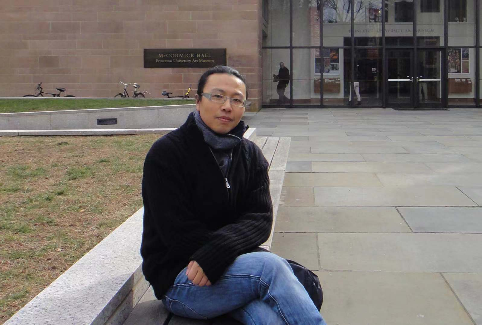 薛峰  博士,南京艺术学院教授、硕士生导师、跨媒体艺术工作者 现工作生活于南京  广泛涉足媒体、设计、动画及相关文化创意产业等领域,作品先后在国内和国际活动中多次入选并获奖。从事影视及新媒体动画与漫画相关工作十余年,并长期致力于适应现代传播规律的动画艺术理论与实践、及高校学产整合模式的相关研究。  2013年开始着眼于当代艺术领域的艺术创作,撰写教材与专著六部、发表各类学术论文、评论十余万字、个人作品在国际国内各类比赛和展演中获奖;在长期从事产业动画项目的研发、创作的同时开展了一系列相关交流活动的策展与实施,试图能在院校专业教育、艺术研究、产业探索等方面搭建良性互动的学术性平台,并探寻科学性的运行模式;将设计性思维与观念艺术、影像艺术语言相互融合,拓展艺术创作更多可能。  Xue Feng  Xue Feng hold a Ph.D, and he is a professor and a Master supervisor at Nanjing University of Arts. He is also a multimedia artist. Now he lives and works in Nanjing.  He has a wide range of expertise in the fields of media, design, animation and other related fields in creative industries. His works have been nominated and awarded numerous awards in China and abroad. He has been working on film, new media animation and comics-related work for more than ten years, and has been dedicating himself to animation art theory and practice that follow the rule of modern communication, and research on the integration model of colleges' resources.  He has been active in contemporary art since 2013. He wrote six textbooks and monographs, and published a variety of academic papers, more than 100,000 words of commentaries. His works won prizes in various international and domestic competitions and performances. While he was working on the creation and development of animation projects, he also curated a series of events that focuses on communication, attempting to build academic platform with positive interactions in professional education in colleges, artistic research and industrial exploration, and find the scientific operation model, and eventually, combine design thinking with conceptual art, cinematic language to explore the possibilities of artistic creation.
